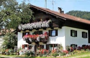 Ein Haus mit Balkonen. Terrassen gestalten mit Pflanzen