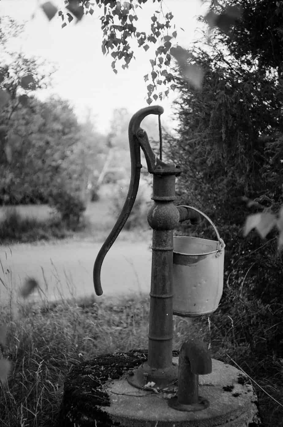 Einen Brunnen im Garten selber bauen - bspw. mit einer Schwengelpumpe